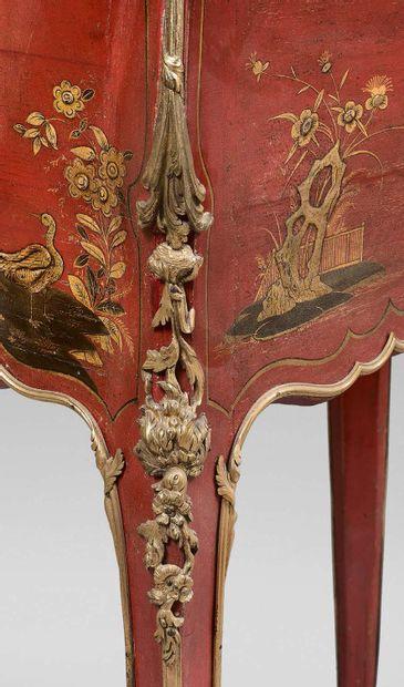 Petit bureau de pente en laque rouge et or à décor chinois au vernis Martin, ouvrant...