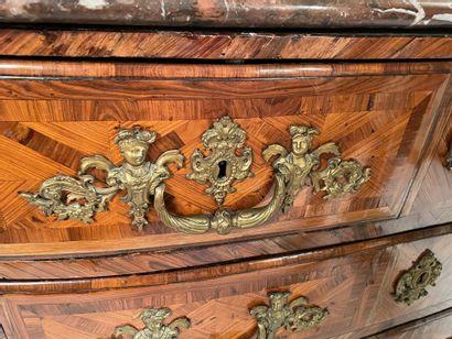 Commode en placage de bois de violette marquetée de croisillons, ouvrant à quatre...