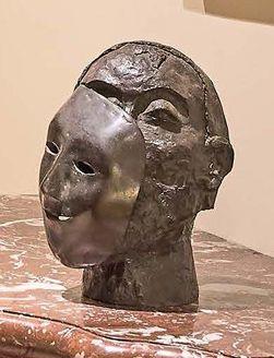 Ecole Moderne Visage masqué Bronze, monogrammé AR n°19. Cachet de fondeur. Hauteur...