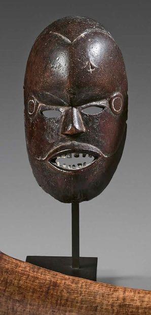 Masque Boki, Nigeria. Bois à patine brune,...