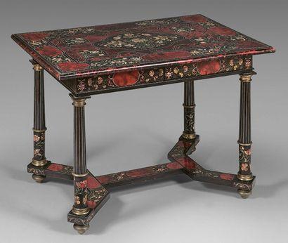 Table à décor géométrique marqueté d'écaille,...