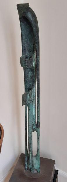 Ecole Moderne Sculpture abstraite. Fonte patinée. Hauteur : 87 cm