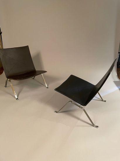 Poul KJAERHOLM (1929-1980) Paire de chauffeuses modèle «PK22», structure en métal...