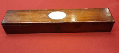 Coffret en acajou contenant une baguette démontable en trois parties en ivoire tourné....