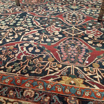 Grand tapis jardin Bakhtiar en laine et soie à décor compartimenté de rinceaux fleuris...