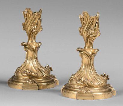 Paire de petits flambeaux en bronze doré...