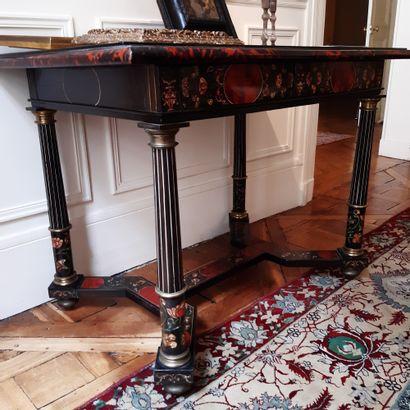 Table à décor géométrique marqueté d'écaille, scagliole, nacre et filets d'ivoire...