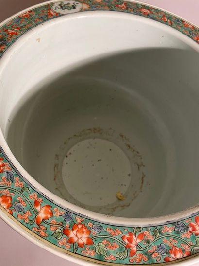 Grand cache-pot en porcelaine de Chine orné d'oiseaux et de branchages polychromes....
