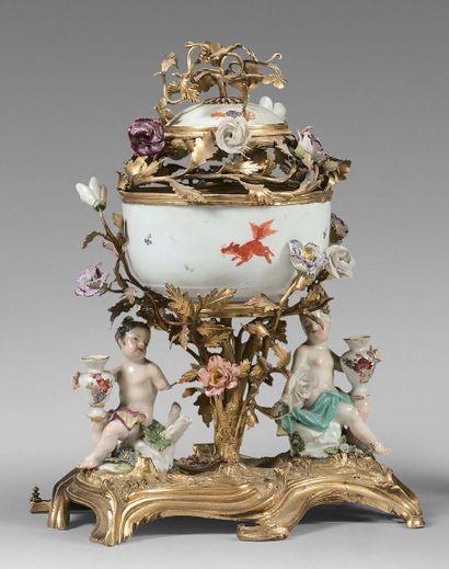 Pot-pourri en porcelaine et bronze doré, orné de deux putti et d'une coupe à décor...