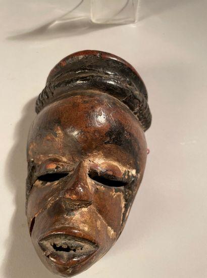 Masque elu Ogoni, Nigeria. Bois à patine brune, pigments noirs bitumineux. Hauteur...