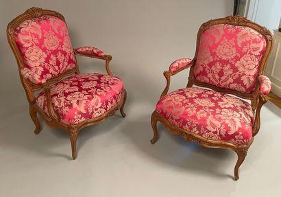 Paire de larges fauteuils à châssis à assise basse «coin de feu» et à dossier plat...