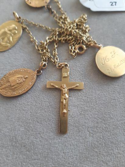 Collier articulé en or jaune 750 millièmes supportant une croix et deux médailles...