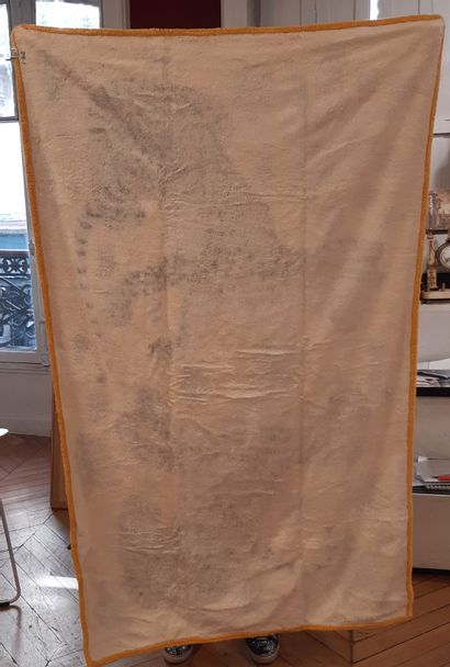 HERMES Trois serviettes de bain HERMES. Dimensions : 146 x 86 cm. (tâches au dos...