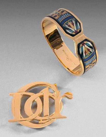 Christian DIOR parfum et Mickaela FREY WIEN Lot comprenant une broche en métal doré...