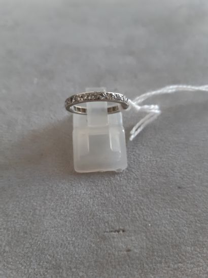 Alliance en or gris 750 millièmes sertie de diamants ronds de taille brillant. Tour...