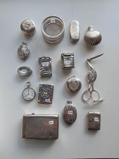 Lot de boîtes en métal et argent comprenant...