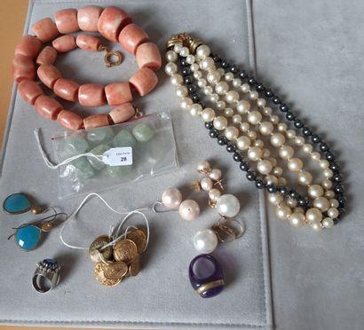 Lot divers en métal orné de fausses perles, pierres de synthèse...