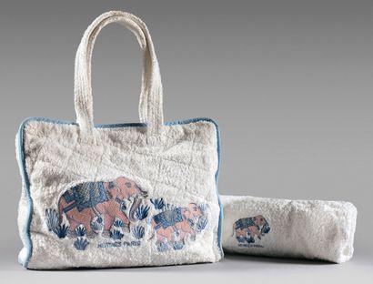HERMES Sac de plage en coton éponge à décor d'éléphant, bordure en coton bleu à effet...