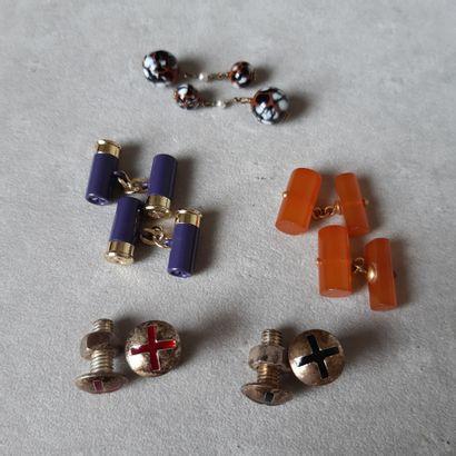 Lot de cinq paires de boutons de manchette divers montés en métal.