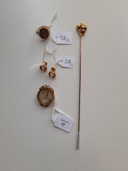 Lot comprenant : épingle à chapeau en métal et or 750 millièmes ; bague et broche...