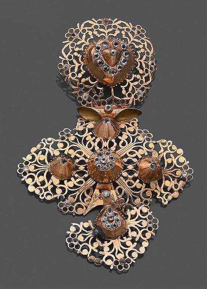 Croix à pierres dite «de Rouen», et un coulant,...