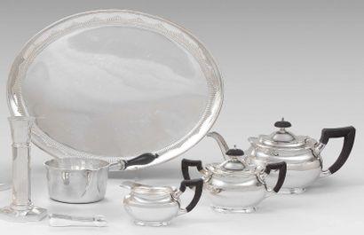 Service à thé et un plateau en argent uni...