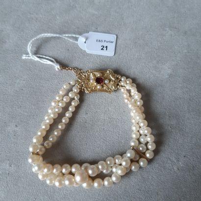 Bracelet trois rangs de perles de culture en chute, le fermoir en or jaune 750 millièmes...