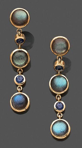 Paire de pendants d'oreilles en or jaune...