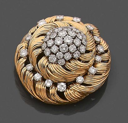 Broche ronde en or jaune 750 millièmes décorée...