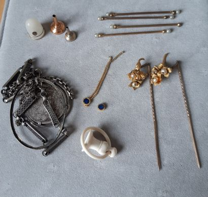 Lot divers en métal comprenant : partie de collier ; épingle fleurs ; porte-clefs...