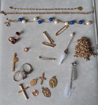 Lot en or ou monté en or 750 millièmes, parties en métal comprenant : médailles,...