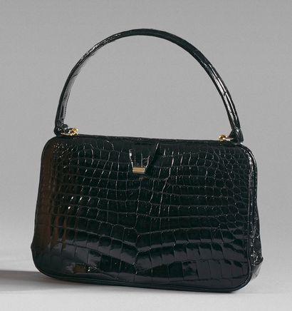 ANONYME Sac boîte, 25 cm, en cuir noir façon crocodile, fermoir clipé, poignée. Bon...