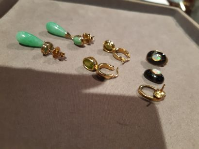 Lot mounted in gold 750 thousandths including: three pairs of earrings or pendants...