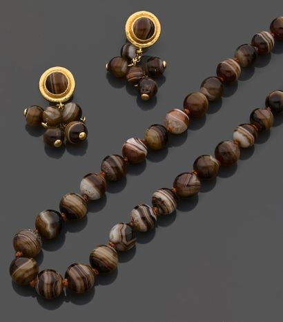 Lot comprenant : un collier et une paire...