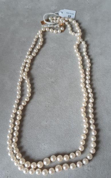 Collier deux rangs de quatre-vingt-sept et quatre-vingt perles de culture en chute,...