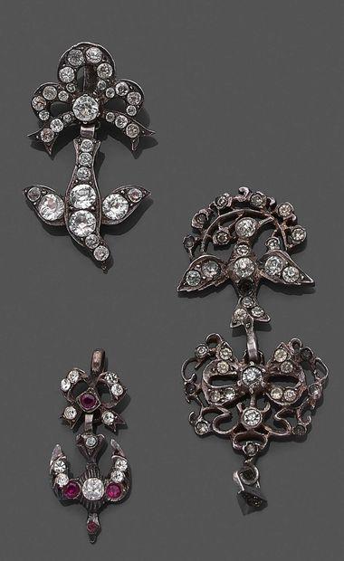 Trois pendentifs «Saint Esprit» en argent...