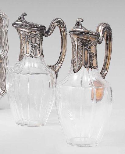 Paire d'aiguières de forme balustre en cristal,...