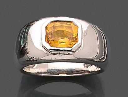 Bague en or gris 750 millièmes ornée d'un...