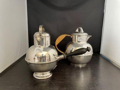 Deux verseuses boule en métal argenté, pour...