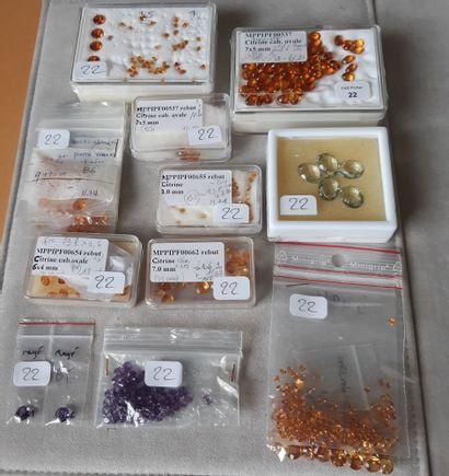 Important ensemble de pierres fines diverses sur papier, citrines, certaines en...