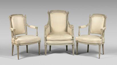 Bergère et paire de fauteuils en hêtre relaqué...