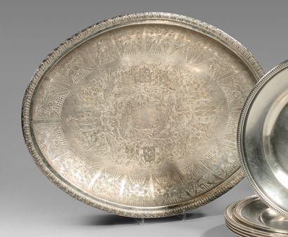 Bassin ovale en métal argenté à décor gravé...