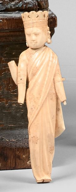 Deux statuettes en ivoire extrême-oriental....