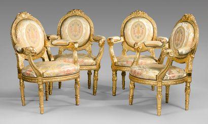 Suite de quatre fauteuils à dossier médaillon...