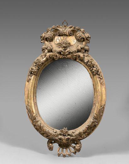 Miroir ovale dans un encadrement à fronton...