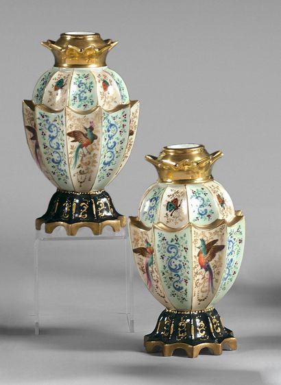 Paire de vases en porcelaine polychrome en...