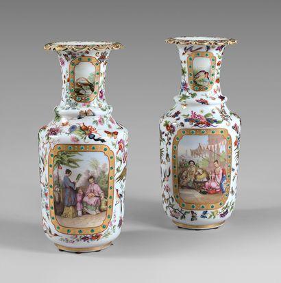 Paire de vases balustres en opaline à décor...