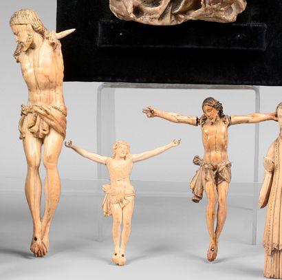 Trois crucifix en ivoire, dont deux indo-portugais...