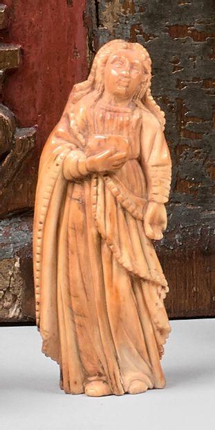 Deux statuettes en ivoire avec traces de...