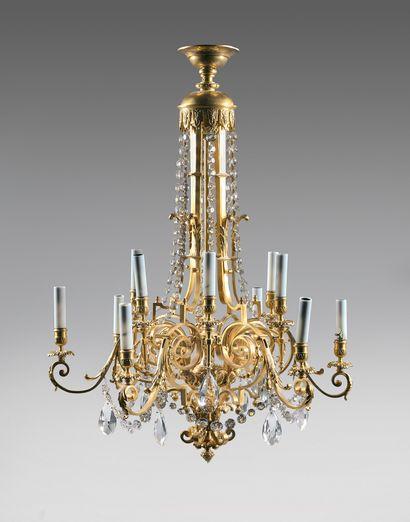 Lustre en bronze doré à douze bras de lumière...